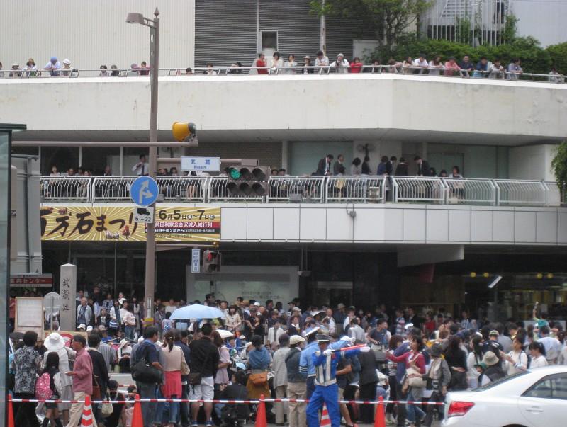 そしてこちらは今日の武蔵が辻交差点の賑わい。菊川さんには間に合いませんでした。残念。。。